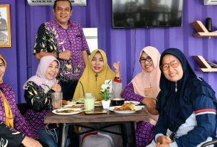 Presiden Direktur Kopsyah BMI, Kamaruddin Batubara berfoto bersama pengunjung di Gerai Tangerang Gemilang (foto : Istimewa)