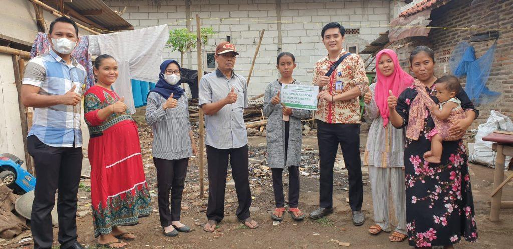 Penyerahan santunan rumah korban kebakaran untuk Murni, anggota BMI Cabang Mekarbaru, di Desa Ranca Ilat, Kresek, Tangerang.