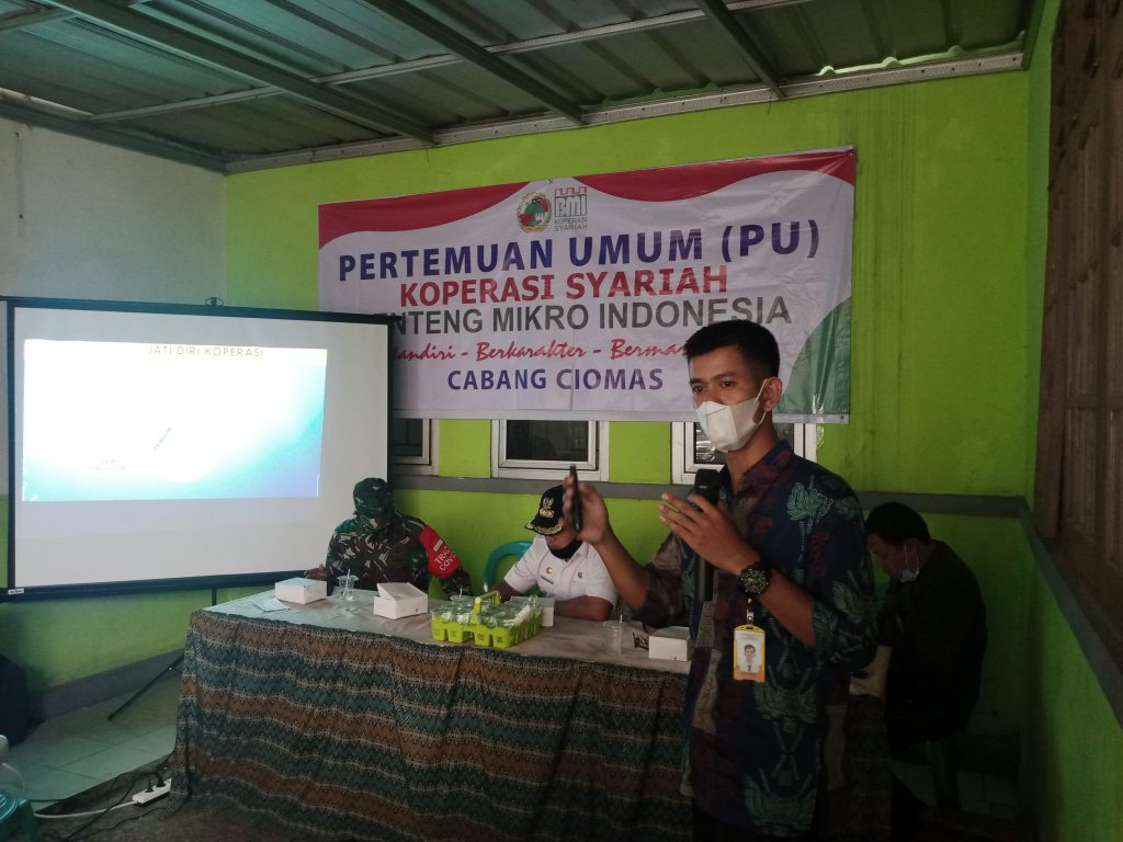 Manajer Cabang Ciomas Muhammad Jana mempresentasikan manfaat warga Desa Pagelaran menjadi anggota BMI.