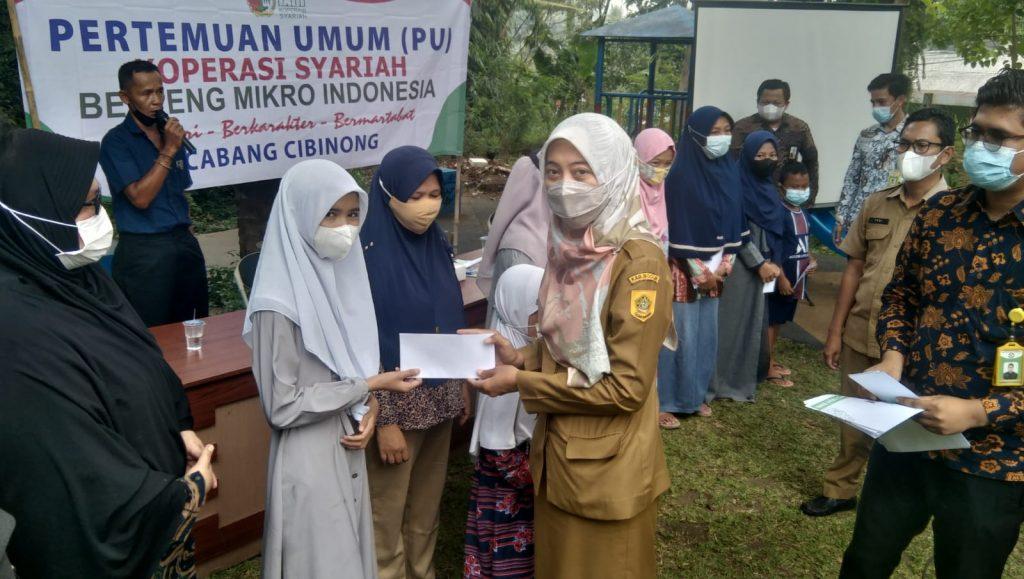 Plt Lurah Nanggewer Mawar didapuk memberikan santunan anak yatim usai agenda Pertemuan Umum.