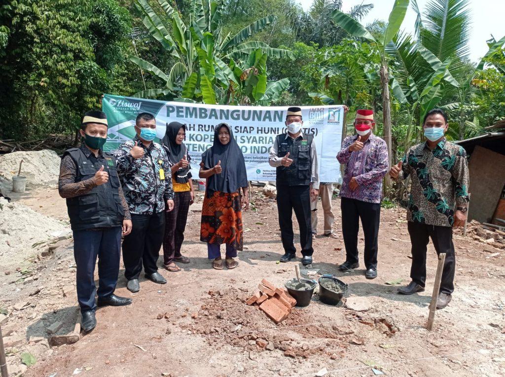 Penyerahan kursi roda gratis dari Koperasi BMI untuk Ahmad Ramdhani, warga Desa Koper, Kecamatan Kresek, Tangerang.