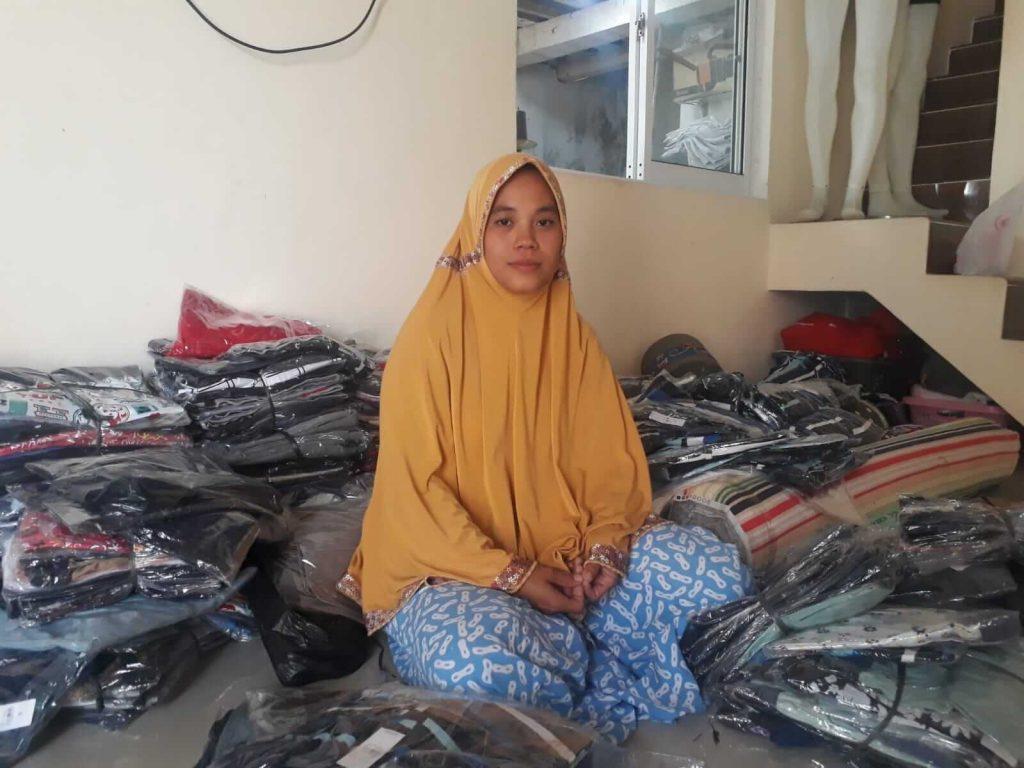 Muslikah Diantara tumpukan boxer yang tengah dipilah untuk dikirim ke sejumlah pelangganya di Sumatera dan Sulawesi